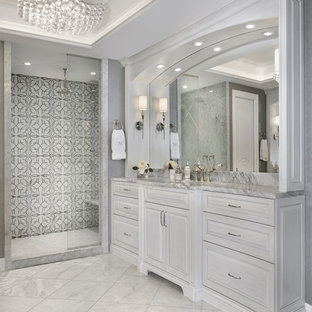 На фото: главные ванные комнаты в классическом стиле с фасадами с выступающей филенкой, серыми фасадами, душем в нише, разноцветной плиткой и серыми стенами