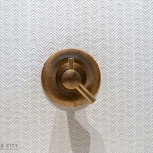 Пример оригинального дизайна: маленькая ванная комната в стиле ретро с плоскими фасадами, бежевыми фасадами, ванной в нише, душем над ванной, инсталляцией, белой плиткой, керамической плиткой, белыми стенами, полом из керамогранита, душевой кабиной, монолитной раковиной, стеклянной столешницей, белым полом, шторкой для ванной, бежевой столешницей, унитазом, тумбой под одну раковину, подвесной тумбой и кессонным потолком