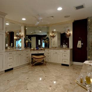 Esempio di una grande stanza da bagno padronale chic con ante con riquadro incassato, ante beige, vasca idromassaggio, doccia ad angolo, piastrelle beige, pavimento marrone e porta doccia a battente