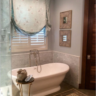 Esempio di una grande stanza da bagno padronale vittoriana con vasca freestanding, doccia alcova, piastrelle grigie, piastrelle bianche, piastrelle in pietra, pareti grigie, pavimento in gres porcellanato, pavimento grigio e porta doccia a battente