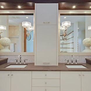 Idee per una grande stanza da bagno padronale minimal con ante lisce, ante bianche, vasca giapponese, doccia alcova, piastrelle bianche, piastrelle a mosaico, pareti beige, pavimento in marmo, lavabo sottopiano, top in superficie solida, pavimento bianco e porta doccia a battente