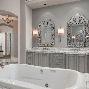 Idéer för mycket stora funkis flerfärgat en-suite badrum, med möbel-liknande, grå skåp, ett fristående badkar, en hörndusch, en toalettstol med separat cisternkåpa, vit kakel, spegel istället för kakel, grå väggar, klinkergolv i porslin, ett nedsänkt handfat, marmorbänkskiva, flerfärgat golv och med dusch som är öppen