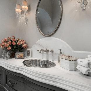 Foto de cuarto de baño principal, clásico, extra grande, con armarios tipo mueble, puertas de armario grises, bañera exenta, ducha esquinera, sanitario de dos piezas, baldosas y/o azulejos blancos, baldosas y/o azulejos con efecto espejo, paredes grises, suelo de baldosas de porcelana, lavabo encastrado, encimera de mármol, suelo multicolor, ducha abierta y encimeras multicolor