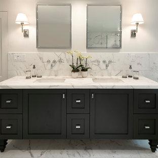 Idee per una grande stanza da bagno padronale tradizionale con ante in stile shaker, ante nere, vasca freestanding, piastrelle bianche, piastrelle di marmo, pareti bianche, pavimento in marmo, lavabo sottopiano, top in marmo, porta doccia a battente e pavimento grigio