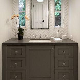 Idee per una piccola stanza da bagno per bambini classica con ante in stile shaker, ante grigie, piastrelle bianche, piastrelle di marmo, pareti bianche, pavimento in marmo, lavabo sottopiano, top in saponaria e pavimento grigio