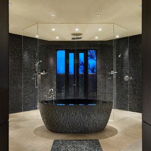 Ispirazione per una grande stanza da bagno padronale minimal con vasca freestanding, doccia a filo pavimento, piastrelle grigie, piastrelle di ciottoli, ante lisce, ante in legno bruno, pareti bianche e pavimento in travertino
