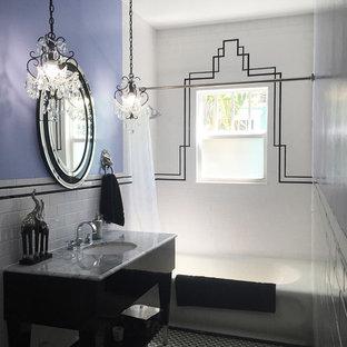 На фото: маленькая ванная комната в викторианском стиле с врезной раковиной, фасадами островного типа, черными фасадами, мраморной столешницей, ванной в нише, душем над ванной, раздельным унитазом, черно-белой плиткой, керамической плиткой, фиолетовыми стенами, полом из мозаичной плитки, душевой кабиной, серым полом, шторкой для душа и серой столешницей