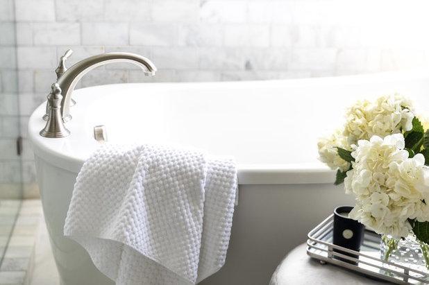 トランジショナル 浴室 by Juxtaposed Interiors