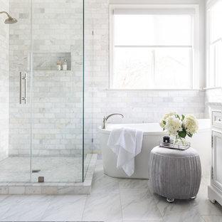 Inredning av ett klassiskt mellanstort vit vitt en-suite badrum, med skåp i shakerstil, vita skåp, ett fristående badkar, vit kakel, marmorkakel, grå väggar, marmorgolv, ett undermonterad handfat, marmorbänkskiva, vitt golv och dusch med gångjärnsdörr
