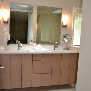 Idéer för ett mellanstort modernt en-suite badrum, med släta luckor, skåp i ljust trä, beige väggar, klinkergolv i porslin, ett undermonterad handfat, bänkskiva i kvartsit och beiget golv