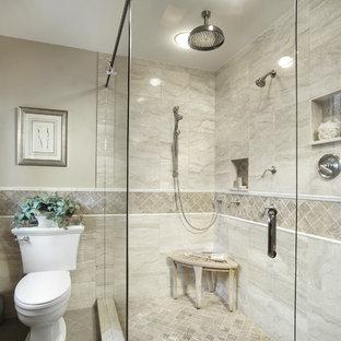 Idee per una stanza da bagno classica con doccia ad angolo, WC a due pezzi, piastrelle beige, piastrelle di marmo e nicchia