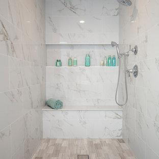 Идея дизайна: огромная главная ванная комната в современном стиле с фасадами с утопленной филенкой, темными деревянными фасадами, отдельно стоящей ванной, открытым душем, раздельным унитазом, серой плиткой, керамогранитной плиткой, белыми стенами, полом из известняка, накладной раковиной, столешницей из искусственного кварца, серым полом и открытым душем