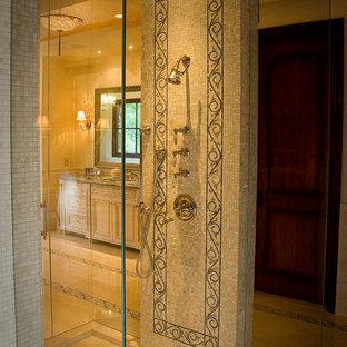 Exempel på ett klassiskt badrum, med mosaik