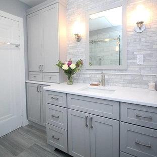 Réalisation d'une petite salle de bain principale tradition avec un placard à porte shaker, des portes de placard grises, une douche ouverte, un WC séparé, un carrelage gris, carrelage en mosaïque, un mur gris, un sol en carrelage de céramique, un lavabo encastré et un plan de toilette en quartz modifié.