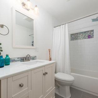 Diseño de cuarto de baño romántico, de tamaño medio, con bañera encastrada, combinación de ducha y bañera, baldosas y/o azulejos blancos, baldosas y/o azulejos de porcelana, paredes blancas, suelo de baldosas de porcelana, suelo gris, ducha con cortina, armarios estilo shaker, puertas de armario blancas, sanitario de una pieza, encimera de cuarcita, encimeras turquesas y lavabo integrado