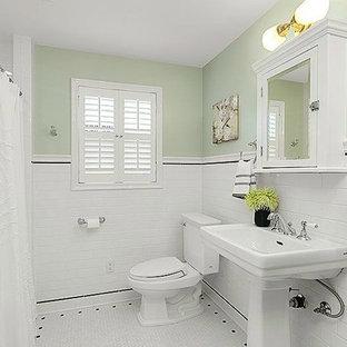 Esempio di una piccola stanza da bagno stile americano con vasca ad alcova, doccia alcova, WC a due pezzi, piastrelle bianche, piastrelle a mosaico, pareti verdi, pavimento con piastrelle a mosaico e lavabo a colonna