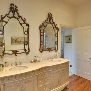 Immagine di una stanza da bagno per bambini tradizionale con pareti verdi e pavimento in bambù