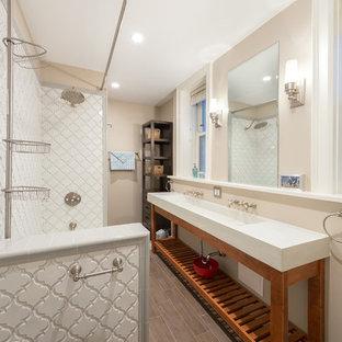 Mittelgroßes Modernes Badezimmer En Suite mit Badewanne in Nische, Duschbadewanne, Wandtoilette mit Spülkasten, weißen Fliesen, Terrakottafliesen, beiger Wandfarbe, gebeiztem Holzboden, Waschtischkonsole und Marmor-Waschbecken/Waschtisch in Chicago