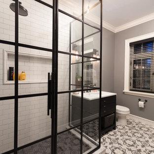 Idéer för att renovera ett mellanstort vintage en-suite badrum, med släta luckor, svarta skåp, en hörndusch, en toalettstol med separat cisternkåpa, vit kakel, tunnelbanekakel, grå väggar, klinkergolv i terrakotta, ett undermonterad handfat och marmorbänkskiva