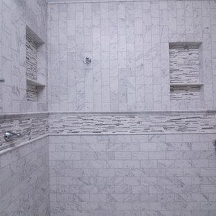 Неиссякаемый источник вдохновения для домашнего уюта: большая главная ванная комната в стиле современная классика с фасадами в стиле шейкер, белыми фасадами, отдельно стоящей ванной, белой плиткой, мраморным полом, врезной раковиной, столешницей из гранита, двойным душем, раздельным унитазом, мраморной плиткой, синими стенами, белым полом, душем с распашными дверями и синей столешницей