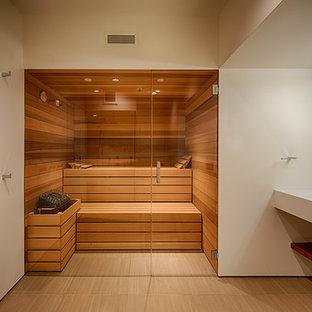 ヒューストンの大きいモダンスタイルのおしゃれなマスターバスルーム (フラットパネル扉のキャビネット、アルコーブ型浴槽、アルコーブ型シャワー、ベージュのタイル、茶色いタイル、白い壁、アンダーカウンター洗面器、珪岩の洗面台、磁器タイルの床、ベージュの床) の写真