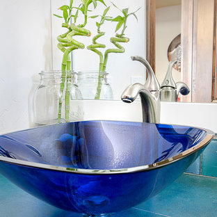 Ispirazione per una grande stanza da bagno padronale stile americano con lavabo a bacinella, ante lisce, ante bianche, piastrelle blu, piastrelle a mosaico e pareti bianche