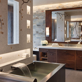 Foto de cuarto de baño principal, rústico, extra grande, con armarios con paneles lisos, puertas de armario de madera en tonos medios, baldosas y/o azulejos multicolor, baldosas y/o azulejos de piedra y suelo gris