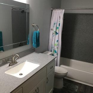 Diseño de cuarto de baño principal, de tamaño medio, con armarios estilo shaker, puertas de armario blancas, suelo vinílico, lavabo integrado, encimera de ónix, suelo gris y ducha con cortina