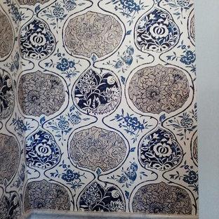 Diseño de cuarto de baño principal, ecléctico, de tamaño medio, con armarios estilo shaker, puertas de armario azules, ducha esquinera, sanitario de dos piezas, baldosas y/o azulejos blancos, baldosas y/o azulejos de mármol, paredes blancas, suelo de madera oscura, lavabo bajoencimera, encimera de mármol, suelo marrón, ducha con puerta con bisagras y encimeras blancas