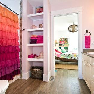 Ejemplo de cuarto de baño infantil, moderno, de tamaño medio, con armarios con paneles empotrados, puertas de armario de madera clara, paredes rosas, suelo de madera oscura, lavabo encastrado, encimera de laminado, suelo marrón y encimeras marrones