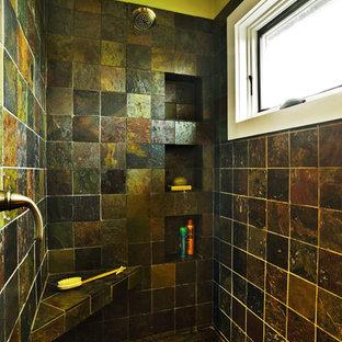 Foto di una grande stanza da bagno padronale mediterranea con lavabo a colonna, nessun'anta, ante marroni, top piastrellato, doccia aperta, WC a due pezzi, piastrelle marroni, piastrelle in ceramica, pareti verdi e pavimento con piastrelle in ceramica