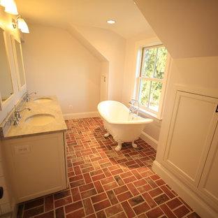 Foto di una stanza da bagno padronale con ante in stile shaker, ante bianche, vasca con piedi a zampa di leone, piastrelle bianche, piastrelle di cemento, pareti bianche, pavimento in mattoni, lavabo sottopiano e top in granito