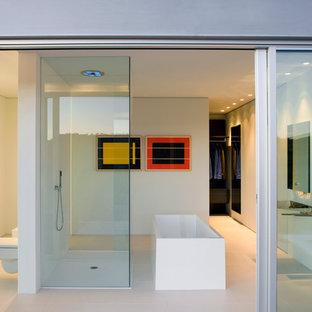 Ejemplo de cuarto de baño minimalista con bañera exenta