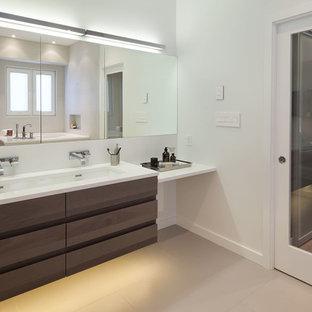 Ispirazione per una grande stanza da bagno padronale minimalista con lavabo rettangolare, ante lisce, ante in legno scuro, top in quarzite, vasca giapponese, piastrelle beige, piastrelle in gres porcellanato, pareti bianche e pavimento in gres porcellanato