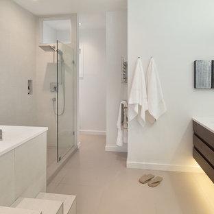 Idee per una piccola stanza da bagno padronale minimalista con lavabo rettangolare, ante lisce, ante in legno scuro, top in quarzite, vasca giapponese, doccia aperta, WC monopezzo, piastrelle beige, piastrelle in gres porcellanato, pareti bianche e pavimento in gres porcellanato