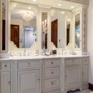 Idee per un'ampia stanza da bagno padronale chic con lavabo sottopiano, consolle stile comò, ante verdi, top in marmo, vasca da incasso, doccia alcova, WC a due pezzi, piastrelle grigie, piastrelle in pietra, pareti bianche e pavimento in marmo