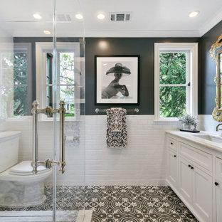 Стильный дизайн: большая ванная комната в средиземноморском стиле с фасадами в стиле шейкер, белыми фасадами, угловым душем, раздельным унитазом, белой плиткой, плиткой кабанчик, черными стенами, полом из мозаичной плитки, душевой кабиной, врезной раковиной, разноцветным полом, душем с распашными дверями, белой столешницей, тумбой под одну раковину и встроенной тумбой - последний тренд
