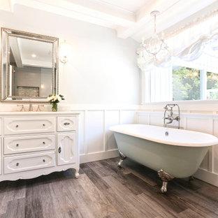 Idéer för vintage vitt en-suite badrum, med luckor med infälld panel, vita skåp, ett badkar med tassar, en dusch i en alkov, vita väggar, ett undermonterad handfat, brunt golv och dusch med gångjärnsdörr