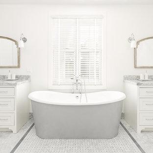 Immagine di una stanza da bagno padronale country con ante in stile shaker, ante bianche, vasca freestanding, piastrelle grigie, pareti bianche, pavimento in marmo, lavabo sottopiano, top in marmo, pavimento grigio e top grigio