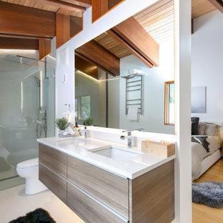 Idéer för att renovera ett mellanstort funkis vit vitt en-suite badrum, med släta luckor, en kantlös dusch, en toalettstol med hel cisternkåpa, vita väggar, klinkergolv i porslin, ett undermonterad handfat, beiget golv, med dusch som är öppen och skåp i mellenmörkt trä