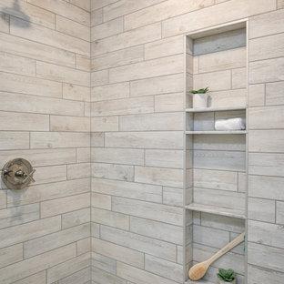 Источник вдохновения для домашнего уюта: главная ванная комната среднего размера в стиле кантри с фасадами в стиле шейкер, белыми фасадами, двойным душем, раздельным унитазом, белой плиткой, керамогранитной плиткой, белыми стенами, полом из керамогранита, врезной раковиной, мраморной столешницей, серым полом, душем с распашными дверями, серой столешницей, унитазом, тумбой под две раковины, напольной тумбой и стенами из вагонки