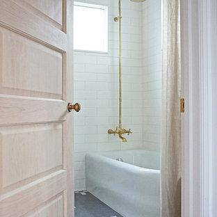 Ejemplo de cuarto de baño clásico renovado, de tamaño medio, con bañera esquinera, combinación de ducha y bañera, sanitario de dos piezas, baldosas y/o azulejos blancos, baldosas y/o azulejos de cemento, paredes blancas, suelo de terrazo, suelo gris y ducha con cortina