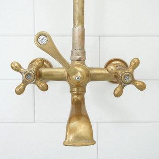Ispirazione per una stanza da bagno chic di medie dimensioni con vasca ad angolo, vasca/doccia, piastrelle bianche, piastrelle diamantate, pareti bianche, pavimento alla veneziana, pavimento grigio e doccia con tenda