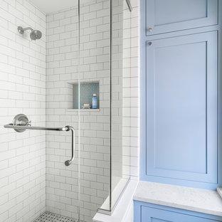 Стильный дизайн: маленькая детская ванная комната в классическом стиле с фасадами островного типа, синими фасадами, угловым душем, раздельным унитазом, черно-белой плиткой, керамической плиткой, синими стенами, мраморным полом, врезной раковиной, столешницей из искусственного кварца, серым полом, душем с распашными дверями и белой столешницей - последний тренд