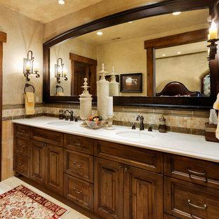Modelo de cuarto de baño principal, de estilo americano, grande, con armarios con paneles con relieve, puertas de armario de madera en tonos medios, suelo de baldosas de cerámica, lavabo bajoencimera, ducha empotrada, baldosas y/o azulejos beige, baldosas y/o azulejos multicolor, baldosas y/o azulejos naranja, baldosas y/o azulejos en mosaico, paredes beige y encimera de cuarzo compacto