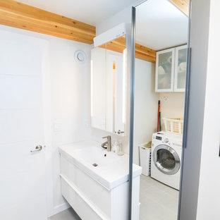 На фото: ванная комната в современном стиле