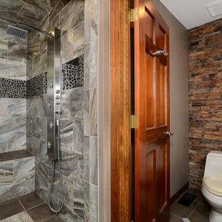 Diseño de cuarto de baño principal, rústico, de tamaño medio, con ducha abierta, sanitario de una pieza, baldosas y/o azulejos multicolor, baldosas y/o azulejos de piedra, paredes marrones, suelo de baldosas de cerámica, suelo marrón y ducha abierta