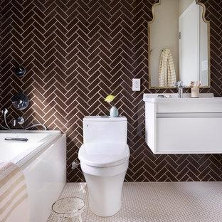 Immagine di una stanza da bagno padronale bohémian di medie dimensioni con ante lisce, ante bianche, vasca da incasso, doccia ad angolo, WC monopezzo, piastrelle marroni, piastrelle di vetro, pareti marroni, pavimento con piastrelle a mosaico, lavabo sospeso e top in superficie solida