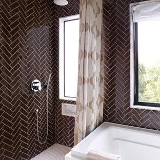 Immagine di una stanza da bagno padronale eclettica di medie dimensioni con ante lisce, ante bianche, vasca da incasso, doccia ad angolo, WC monopezzo, piastrelle marroni, piastrelle di vetro, pareti marroni, pavimento con piastrelle a mosaico, lavabo sospeso e top in superficie solida