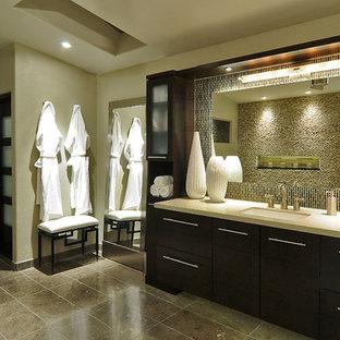 Esempio di una grande stanza da bagno padronale design con ante lisce, ante in legno bruno, doccia alcova, piastrelle marroni, piastrelle verdi, piastrelle di vetro, pareti beige, lavabo sottopiano, top in quarzo composito, doccia aperta e top beige